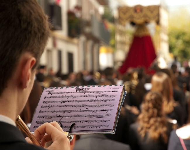 musico-partitura-semana-santa-neo_forestal-flickr